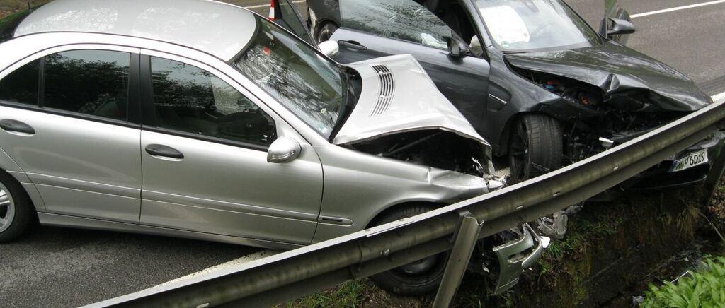 unfall bei teisendorf zwei verletzte und euro schaden nach berholman ver mit sportwagen. Black Bedroom Furniture Sets. Home Design Ideas